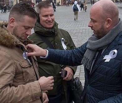 Prezydent Jacek Sutryk rozdawał wrocławianom białe wstążki.