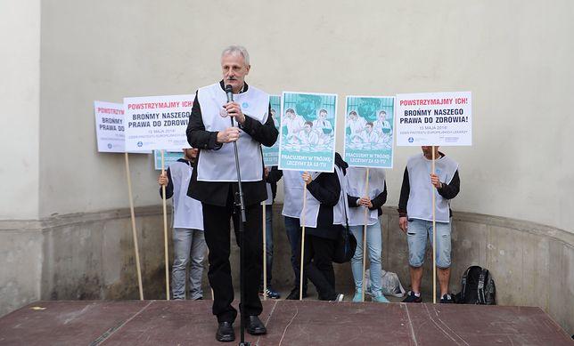 Kiedyś Pokonał rząd PiS wywołując strajk w całej Polsce.  Dziś trzyma kciuki za głodujących lekarzy rezydentów.
