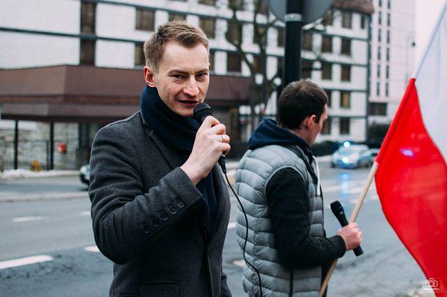 Bartosz Kramek skarży się na brutalną interwencję policji.
