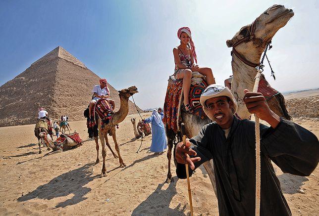 Giza (Egipt), 27.08.2010. Polka na wielbladzie. Fot. Bartlomiej Jurecki/FORUM