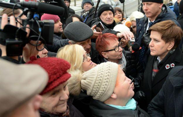"""Premier Beata Szydło przed budynkiem NZPOZ """"Południe"""" w Radomiu"""