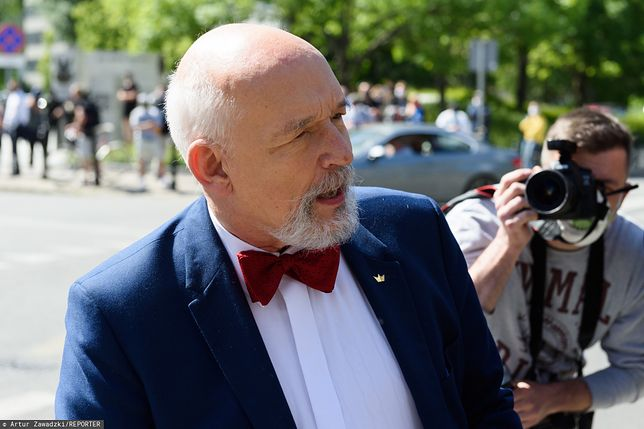 Wybory 2020. Janusz Korwin-Mikke w kolejce stał boso