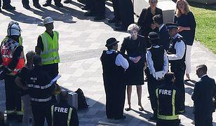 Ze spotkania z mieszkańcami Londynu Theresa May musiała zostać odprowadzona w eskorcie