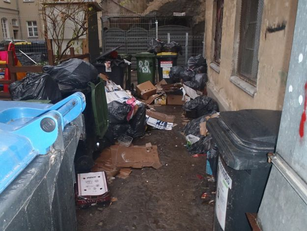 Wrocławska ma błyszczeć, a na podwórkach leżą góry śmieci