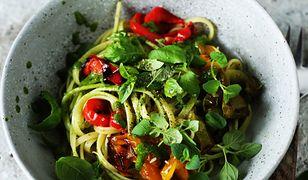 Makaron z pieczoną papryką i domowym pesto ziołowym. Szybki patent na obiad