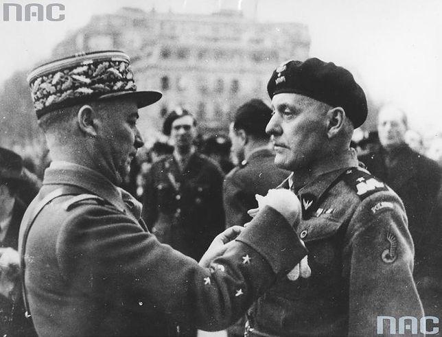 Gen. Alphonse Juin dekoruje gen. Stanisława Maczka orderem Legii Honorowej. 26 lutego 1945 r., pod Łukiem Triumfalnym w Paryżu.