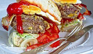 Burger z awokado, bekonem i jajkiem sadzonym. Na duże śniadanie lub lunch