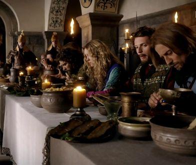 W średniowiecznej Europie było wiele pokutnych dni, w czasie, których Kościół nakazywał wstrzemięźliwość od pokarmów pochodzenia zwierzęcego, a więc mięsa, sera, masła, jaj, mleka.