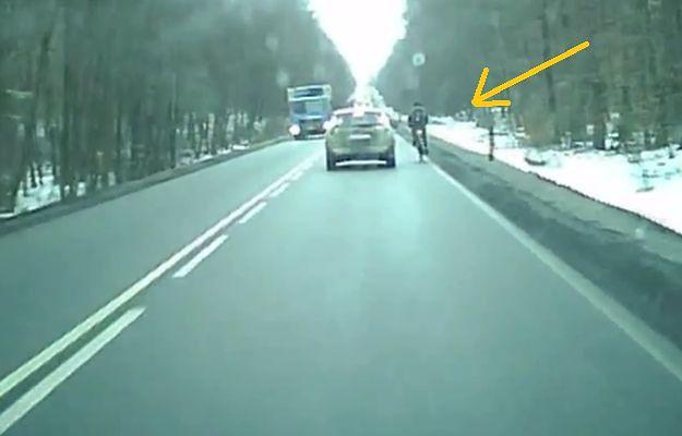 Pomorskie: Kierowca chciał potrącić rowerzystę. Szokujące nagranie