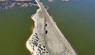 W miejscu gdzie powstaje Kanał Żeglugowy wykonywane są wykopy, a urobek z nich wykorzystany zostanie do budowy sztucznej wyspy