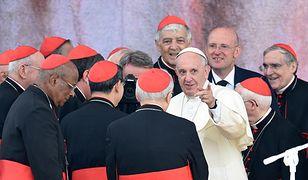 Papież Franciszek w otoczeniu kardynałów