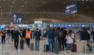 """Paryż. Podróżni utknęli na lotnisku. """"Jak długo możesz spać na podłodze?"""""""