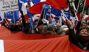 Sytuacja polityczna w Polsce niepokoi 50 proc. Polaków - wynika z sondażu CBOS