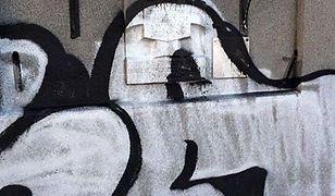 """""""Co miał we łbie smarując sprejem tę tablicę?!"""". Filip Chajzer szuka sprawcy zniszczenia pamiątkowej tablicy"""