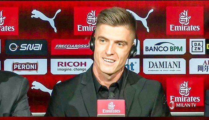 78b5456ef Facebook / Na zdjęciu: Krzysztof Piątek podczas prezentacji w AC Milan
