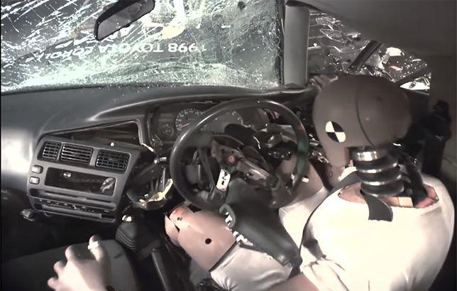 Testy zderzeniowe: Toyota Corolla 1998 vs Toyota Corolla 2015