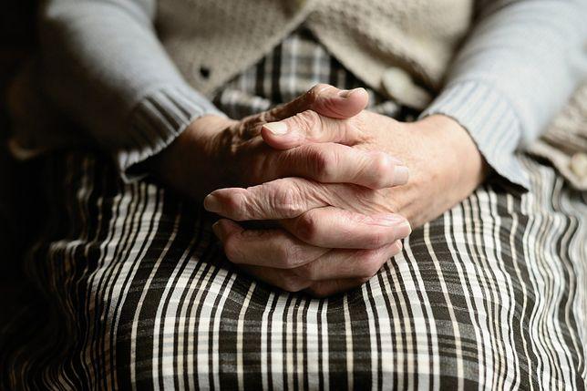 91-letnia kobieta musiała zamieszkać w oborze