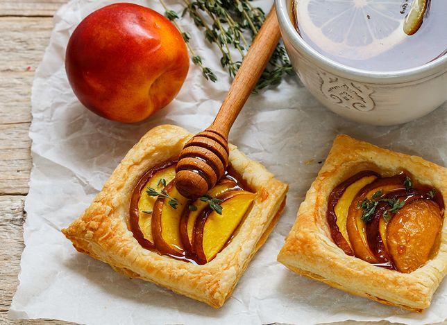 Ciasteczka z ciasta francuskiego z nektarynką