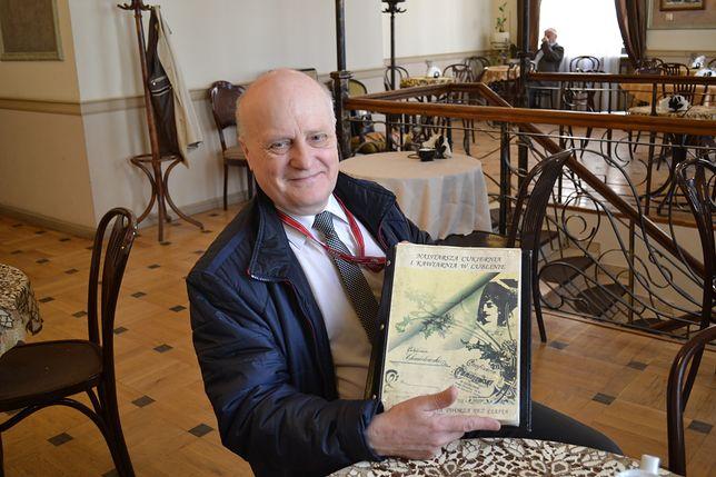 Krzysztof Chmielewski z przedrukiem oryginalnej serwetki z cukierni jego dziadka.