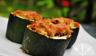 Cukinia faszerowana pełnoziarnistym kuskusem, suszonymi pomidorami, pieczarkami i mozzarellą