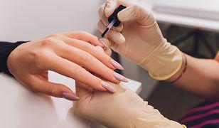 Standardowo manicure hybrydowy (i inne stylizacje paznokci) robi się niezbyt poręcznym pędzelkiem
