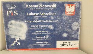 Zniszczona tablica informacyjna posłów Schreibera i Złotowskiego