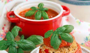 Pomidory faszerowane ryżem z bazylią i rozmarynem. Pyszna propozycja z piekarnika
