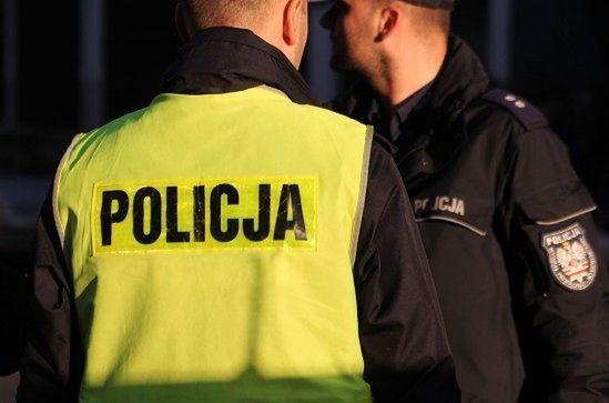 Policjant przyszył kontrowersyjny napis do munduru? Zdjęcie wywołało burzę w sieci