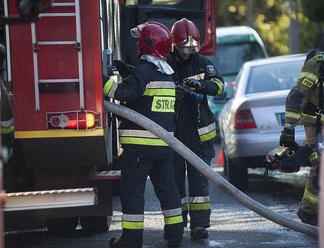 Przed przyjazdem strażaków, z budynku ewakuowało się 19 osób (zdjęcie ilustracyjne)
