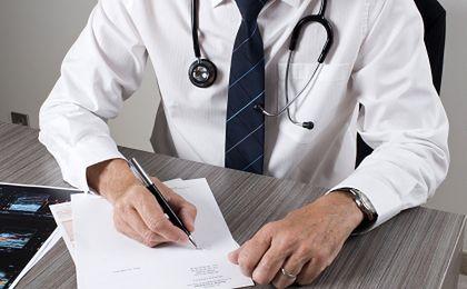 Ile zarabiają lekarzy w całej Polsce?