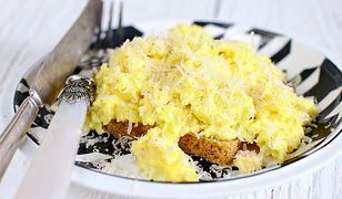 Pyszny sposób na jajecznicę. Jeden dodatek ją odmieni