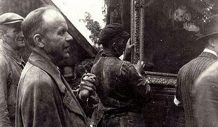 Prof. Stanisław Lorentz nadzoruje w Przesiece załadunek odnalezionych dzieł sztuki