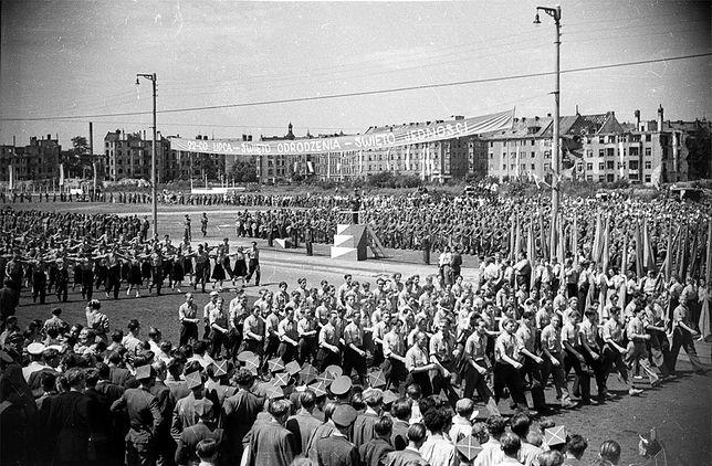 Defilada w czasie Zlotu Młodzieży Polski Ludowej na placu Grunwaldzkim we Wrocławiu, 22 lipca 1948 r. W tle nadal widać zniszczenia wojenne