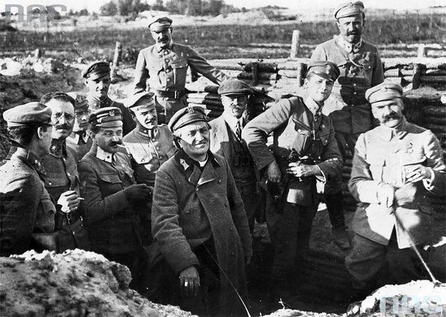 Wizyta biskupa Władysława Bandurskiego (piąty z prawej) na froncie wschodnim nad Styrem. Pierwszy z prawej: Józef Piłsudski. Maj 1916 r.