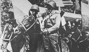 Żołnierze 1. Warszawskiej Samodzielnej Brygady Kawalerii w trakcie defilady. Sierpień 1945 r.