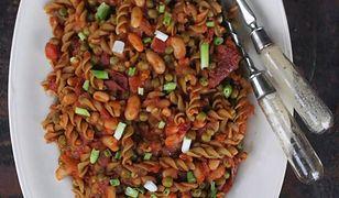 Groszkowy makaron w pomidorach z groszkiem i fasolą