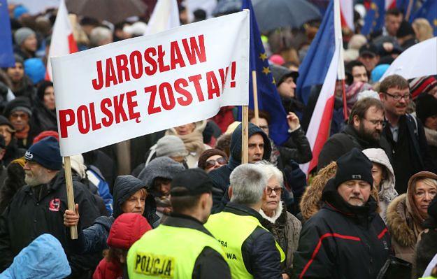 Świńskie łby, wzajemne oskarżenia i zaskoczeni politycy. Tak wyglądał marsz KOD w Warszawie