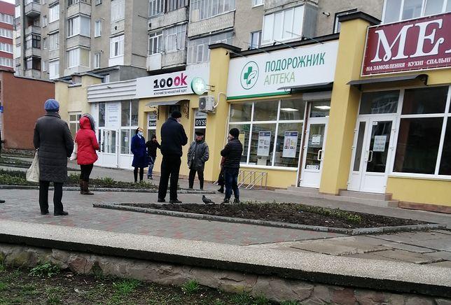 Koronawirus na Ukrainie. Kolejka do sklepu w Iwano-Frankiwsku - czekający zachowują pomiędzy sobą 2-3 metry odstępu.