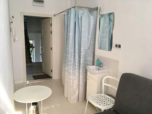 Mikrokawalerka wyposażona jest w m.in. w kanapę, krzesło, stolik oraz urządzenia sanitarne
