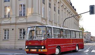Zabytkowe autobusy na ulicach Warszawy
