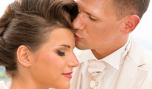 Fryzury ślubne na krótkie włosy odsłaniają twarz, a więc bardzo dobrze eksponują ostre rysy