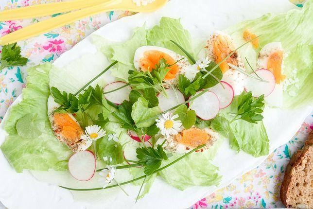 Polny kwiatek na talerzu