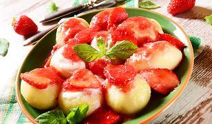 Pampuchy z sosem truskawkowym