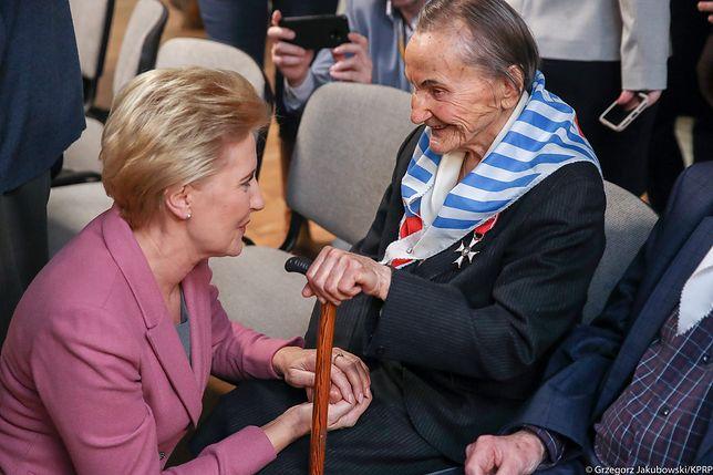 Agata Kornhauser-Duda na spotkaniu z byłymi więźniami Auschwitz-Birkenau. Wzruszająca fotografia
