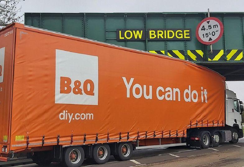 """Ciężarówka z napisem """"dasz radę"""" nie dała rady. Internauci bezlitości"""