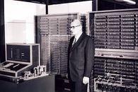 Konrad Zuse – genialny malarz, który w III Rzeszy zbudował pierwszy komputer - Konrad Zuse na tle repliki swojego komputera