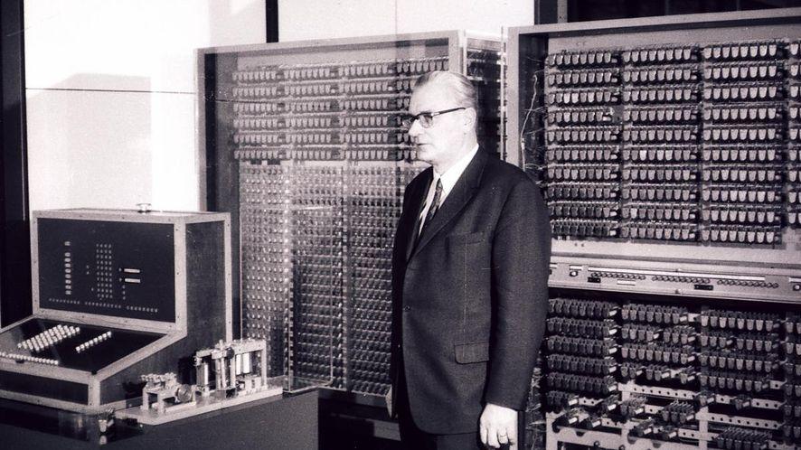 Konrad Zuse na tle repliki swojego komputera