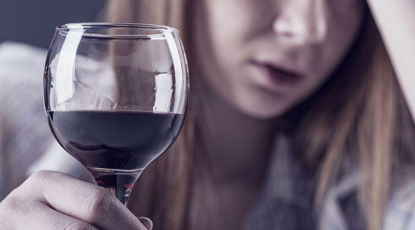 Alkohol w małych dawkach może wspomóc organizm, w dużych ilościach zagraża życiu