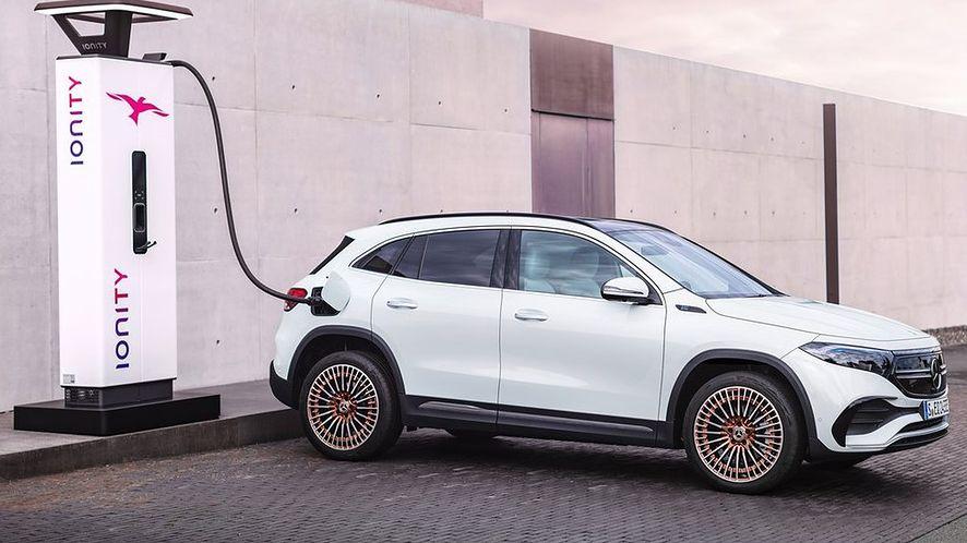 """Nabywcy Mercedesa EQA dostaną roczną, bezpłatną usługę """"zielonego"""" ładowania"""