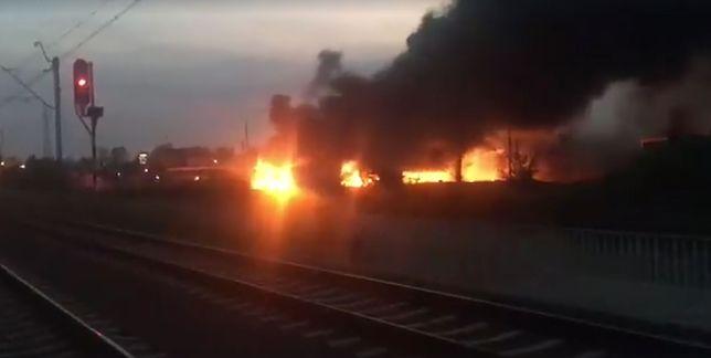 Pożar w Wołominie. Ogień zajął teren starej hali przy zakładach chemicznych